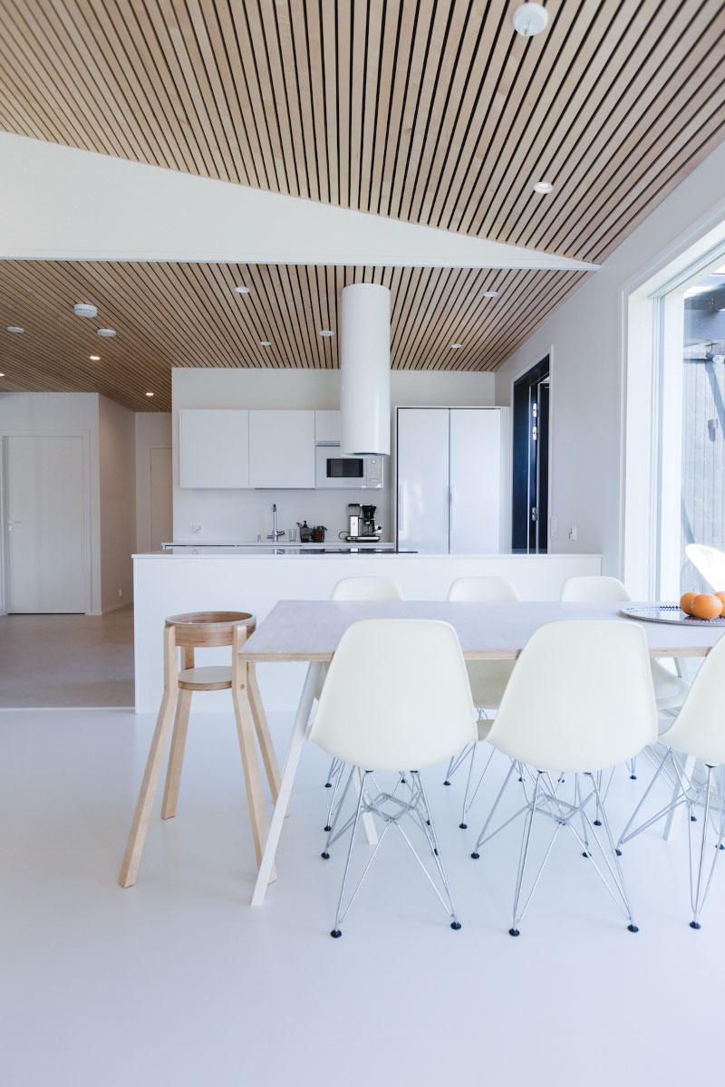 Omakotitalon vaalea ja harmoninen keittiö ja ruokailutila, skandinaavisella sisustuksella.